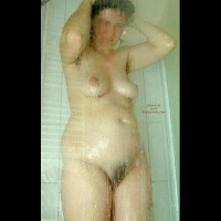 Maria Im Schlafzimmer Und Bad