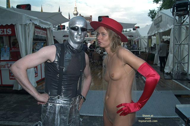 Pic #1 *Co Annabella Nip Speaks With Alien And Clown