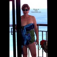 Housewife Loses Bet and Swim Suit in OZ