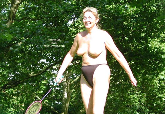 Pic #1 Older Mom Play´s Badminton
