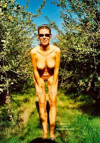 Pic #1 Anette Schwanger Im Garten