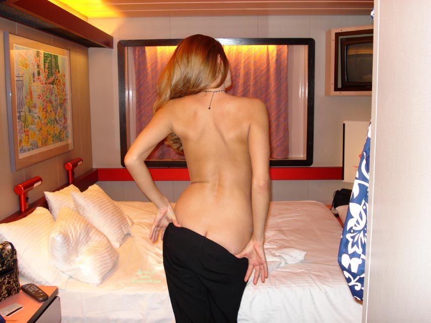 Milf flashing pussy in hotel hall