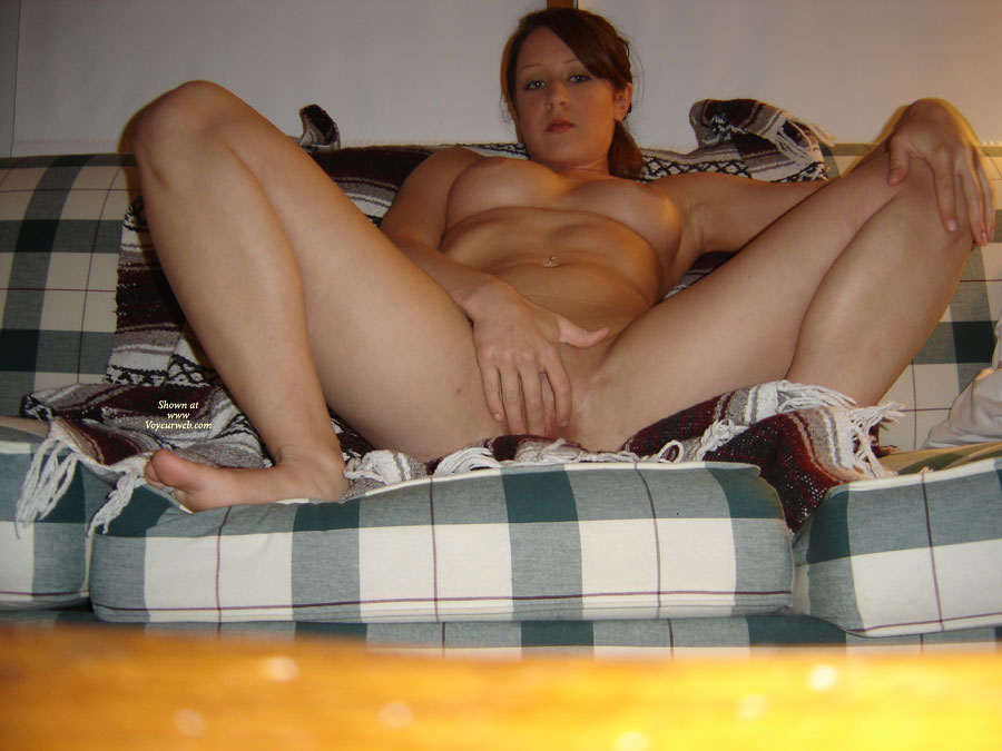 nude-amateur-fingering-herself