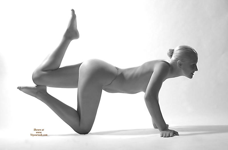 Acrobatic Nude Blonde - Blonde Hair, Nude Amateur , Athletic Hump, Tattoo On Back And Tummy, Artistic Pose, Black And White, Blond Hiar, Fit Body, Yoga Blonde, Slender Legs, Acrobatic Nude