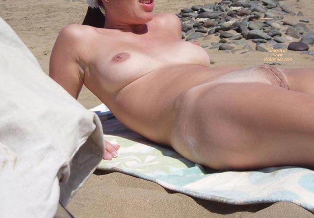мы с женой на пляже интимное тетка позирует для