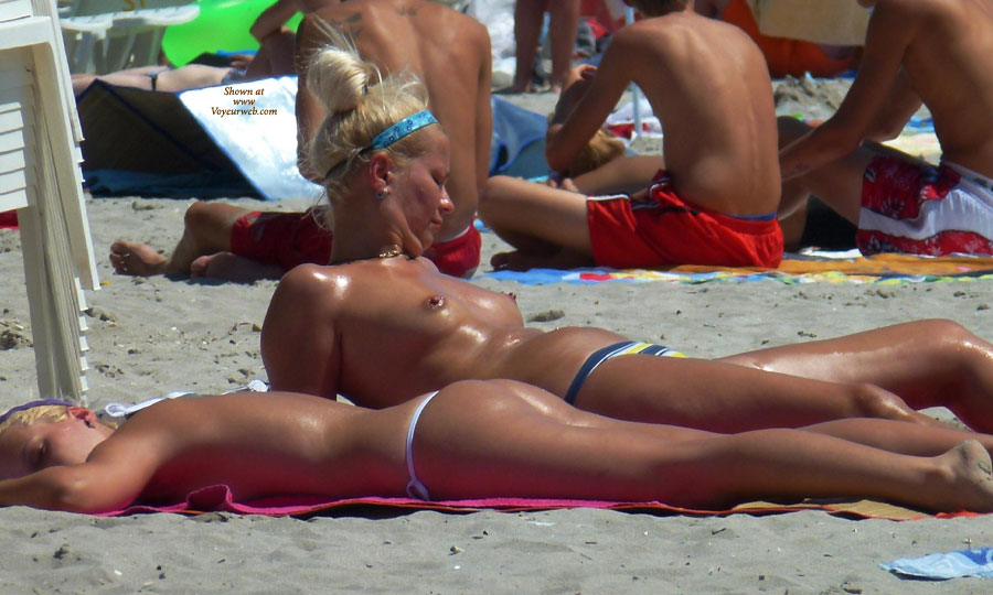 Topless Mam & Daughter , Mam Or Daughter ....can Choose? ;)