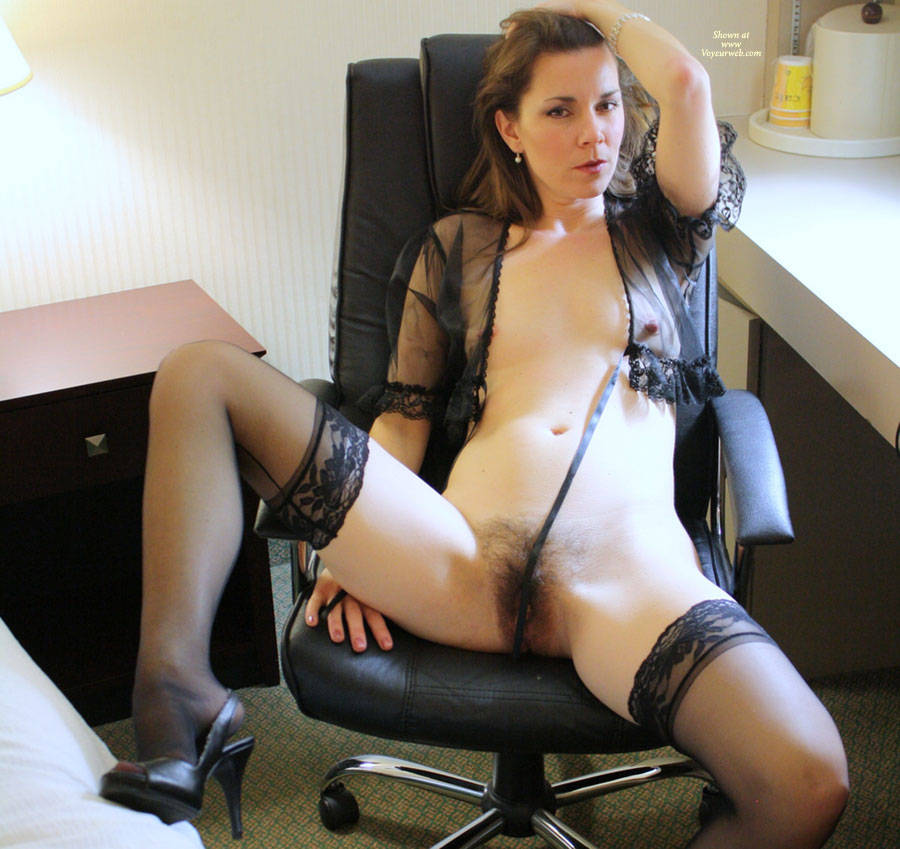 High spread naked Mature Heel stocking legs