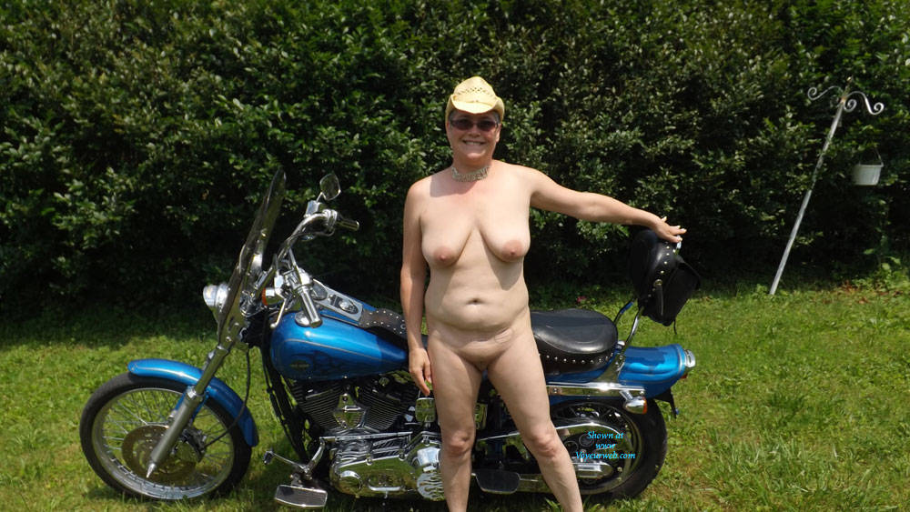 Pic #1Nude In The Front Yard - Big Tits