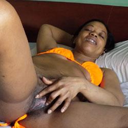 Esther Con su Bikini Naranja - Ebony