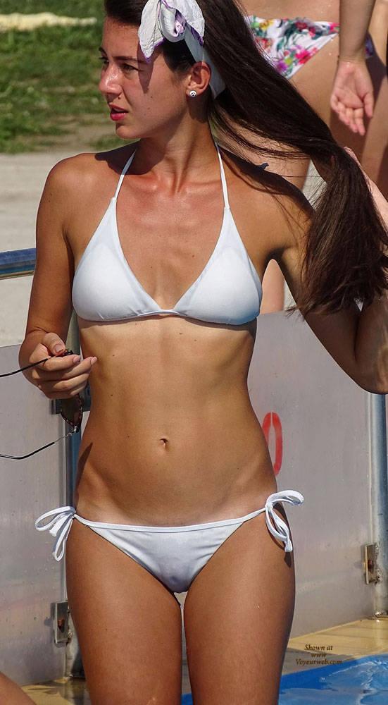 Pic #1Une Deesse Toit Simplement - Bikini Voyeur, Brunette