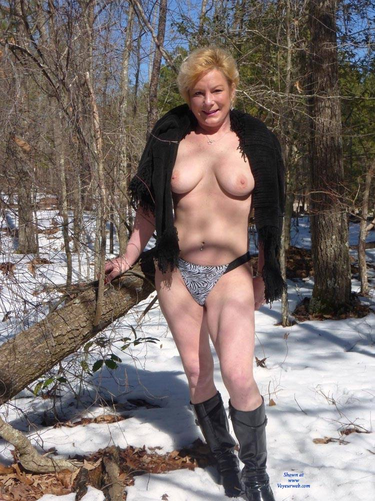 Mature nude in snow