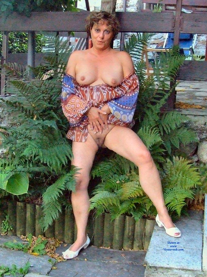 Pic #1 Strip In Giardino - Big Tits, Brunette, Outdoors
