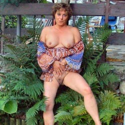 Strip In Giardino - Big Tits, Brunette, Outdoors