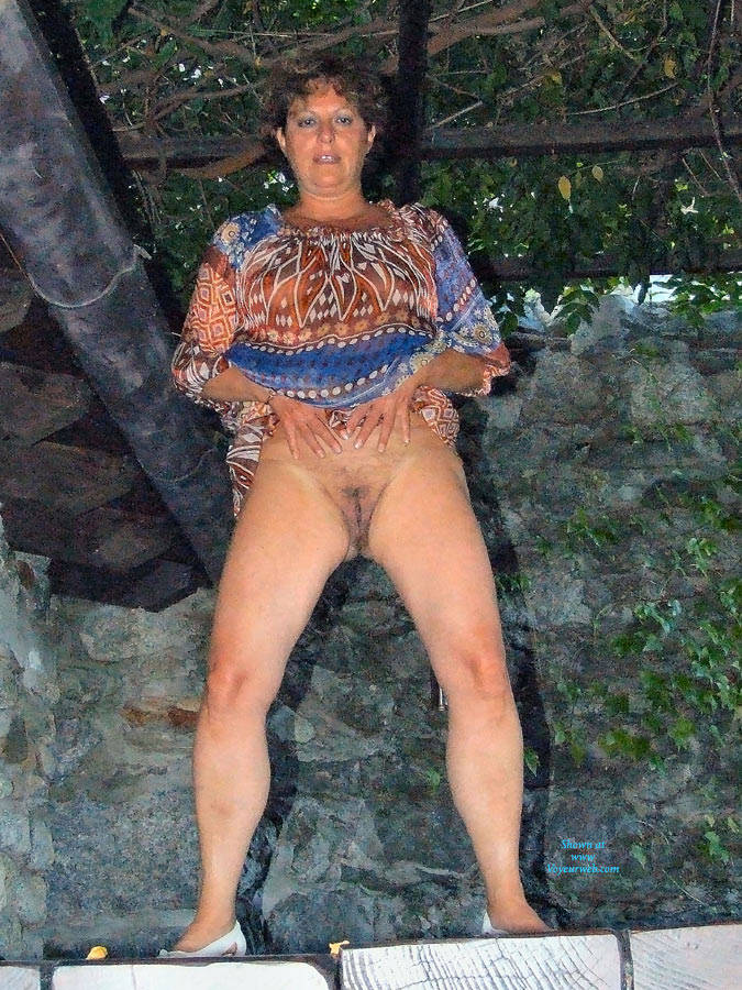 Pic #1 Strip In Giardino - Brunette, Outdoors, Amateur