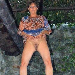 Strip In Giardino - Brunette, Outdoors, Amateur