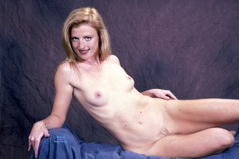 Pic #1 Posing In The Nude - Nude Girls, Amateur