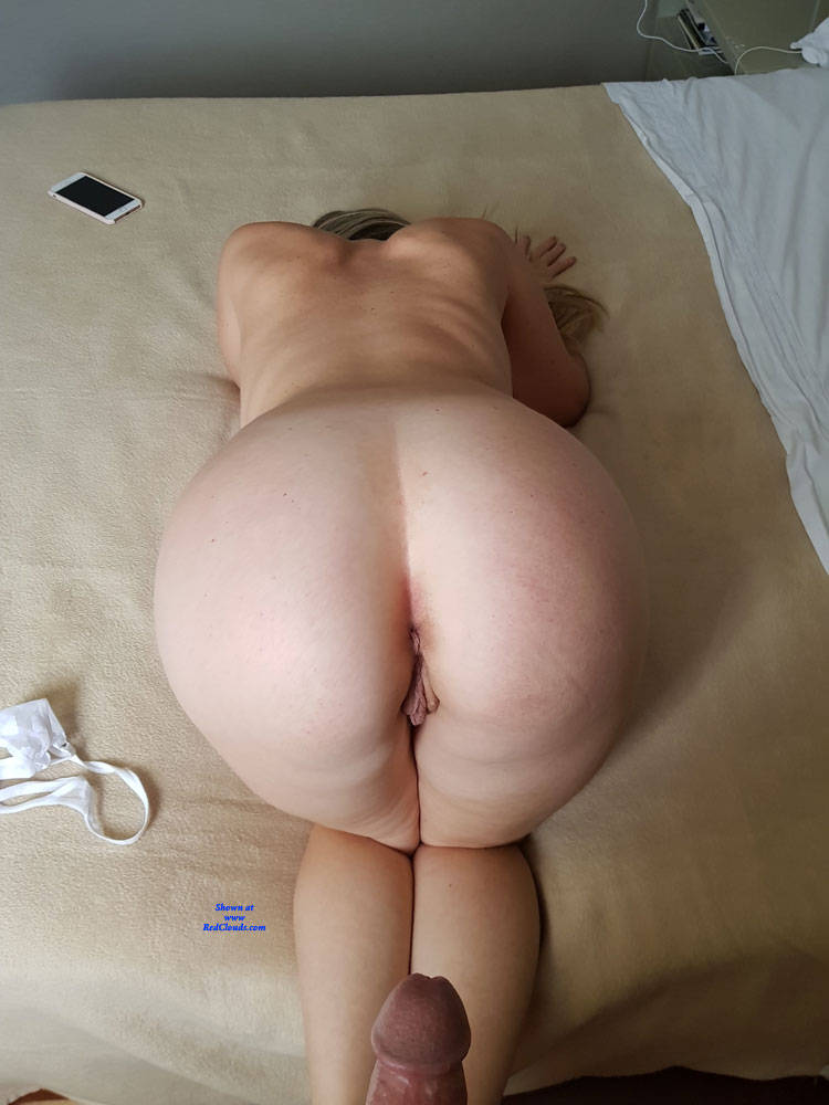 Amateur White Booty Shaking