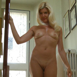 Naked On The Stairs - Nude Girls, Blonde, Mature, Shaved, Amateur