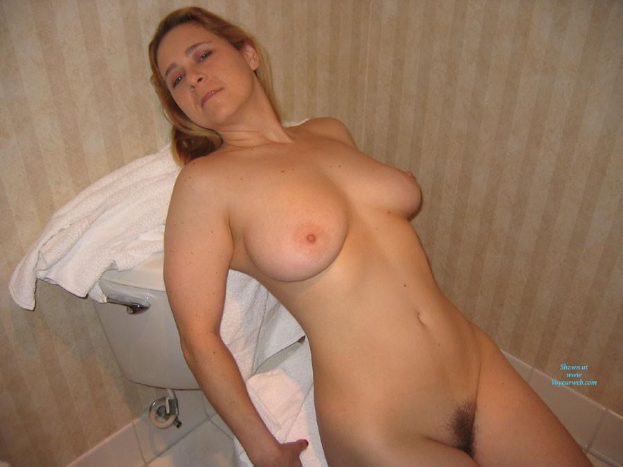 Dans la Salle de Bain - Big Tits, Hairy Bush , Juste Moi Dans La Salle De Bain.  Just Me In The Bathroom.