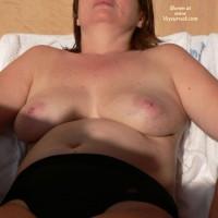 En La Terraza Del Hotel , Mi Mujer En La Terraza Del Hotel. Aprovechando Los Ultimos Rayos Del Sol