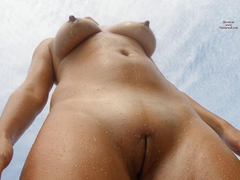 Жена снизу голая