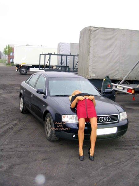 Pic #1 *Su Der Minirock Auf Dem Kofferraum