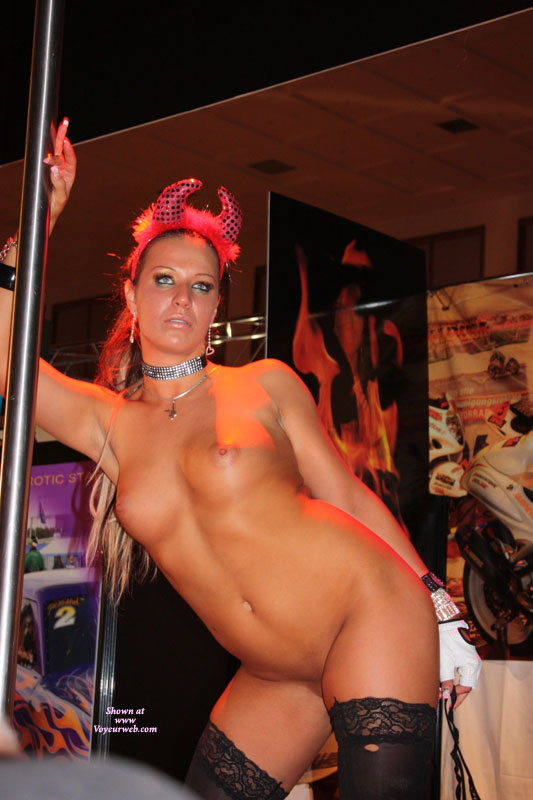 Topless Gig Nude Pictures Pictures